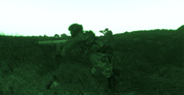 Soldats en opération nocturne.