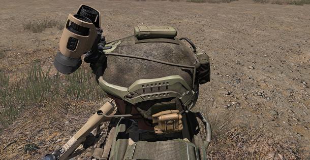 Soldat équipé de NVG en position rétractée.